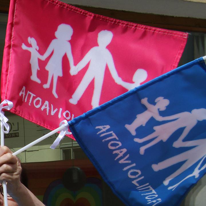 Aito avioliitto ry markkinoi avioliittokäsitystään esimerkiksi Helsinki Pride 2019 -kulkueen reitillä.