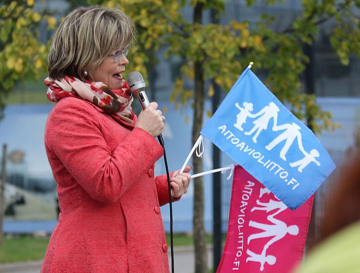 Kansanedustaja Sari Tanus (kd) lietsomassa väkijoukkoa hurmokseen samaa sukupuolta olevien avioliitto-oikeutta vastustavassa Aito avioliitto -mielenosoituksessa syksyllä 2016.