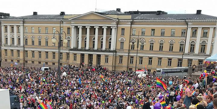 Pride-tapahtumissa ihmisiä on paljon ja lähekkäin.