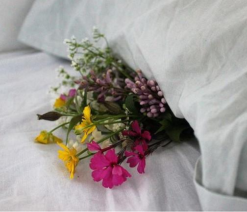 Kukat vaan tyynun alle ja sulho tulee näkyviin!