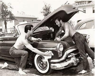 Rock Hudson ja hänen rakkaansa Bob Preble autohommissa.