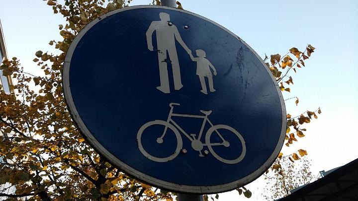 Tämä merkki edustaa vielä aikaa, jolloin liikennemerkeilläkin oli vielä sukupuoli.